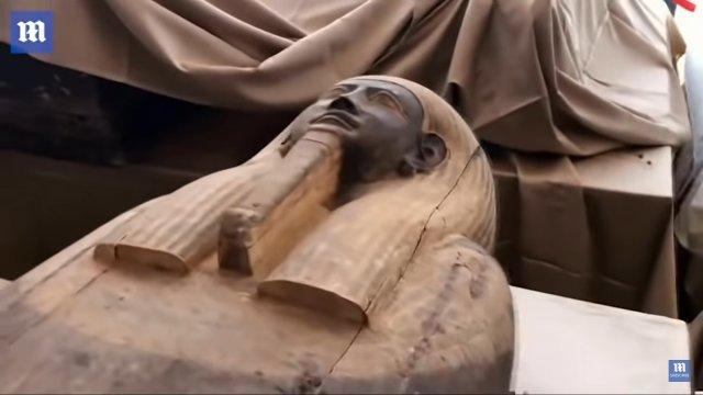 Саркофаг с 2500-летней мумией  верхняя часть