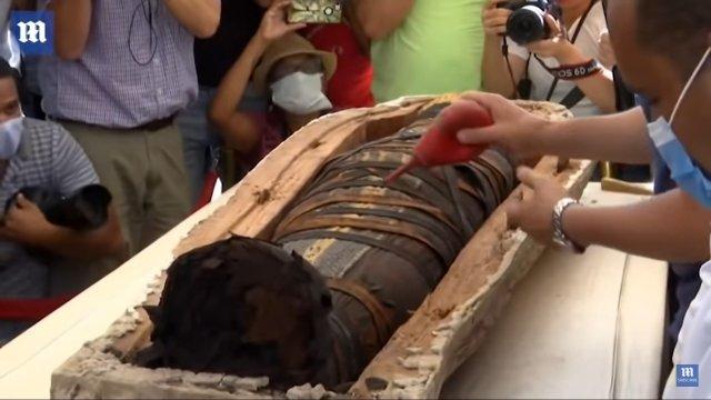Саркофаг с 2500-летней мумией раскрыли