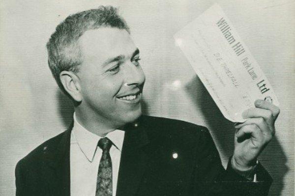 Дэвид Трелфелл выигрывает лунное пари, 1969 год, Великобритания