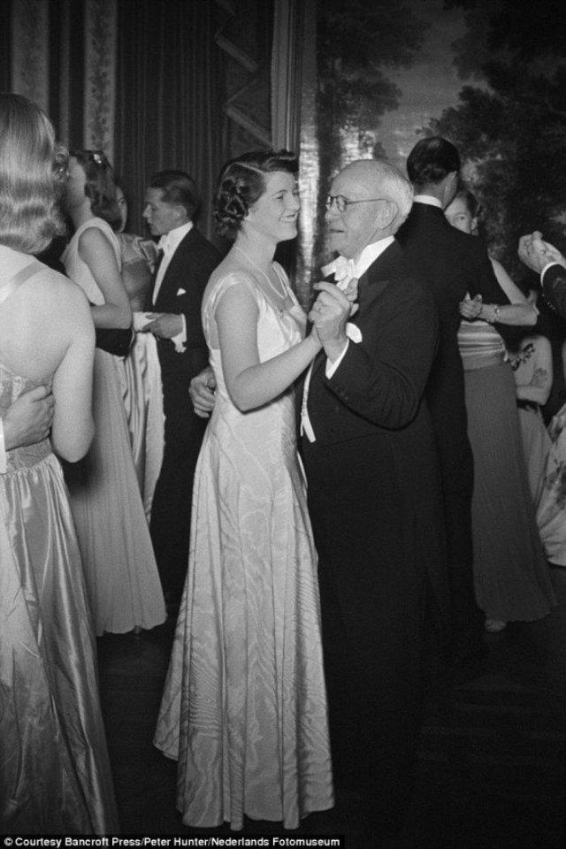 Розмари Кеннеди танцует с другом семьи, Эдвардом Муром. Последнее фото сделанное до лоботомии, Розмари только исполнилось 23. 1941