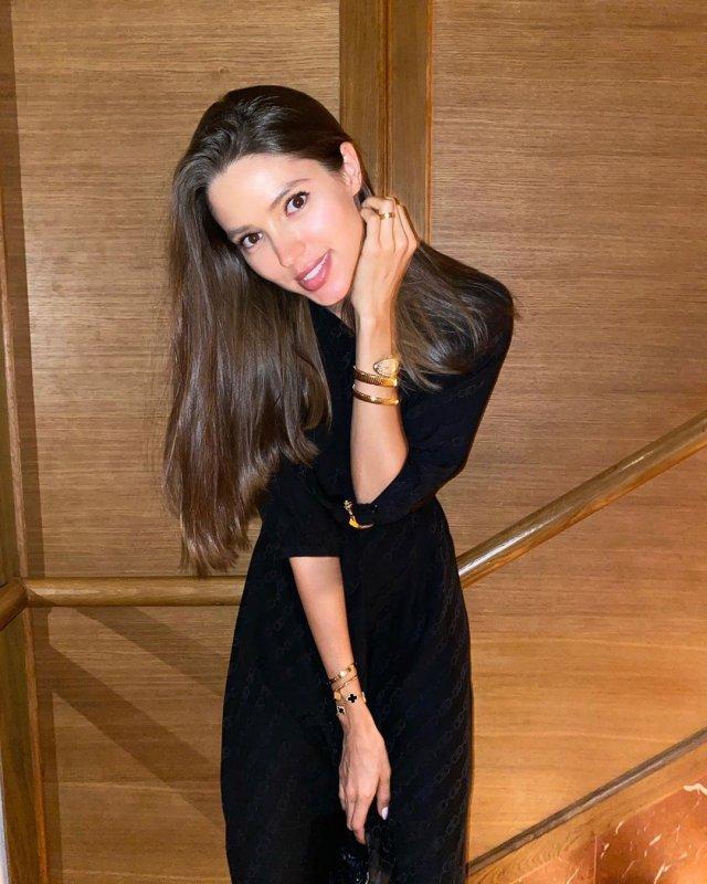 Виктория Короткова в черном платье