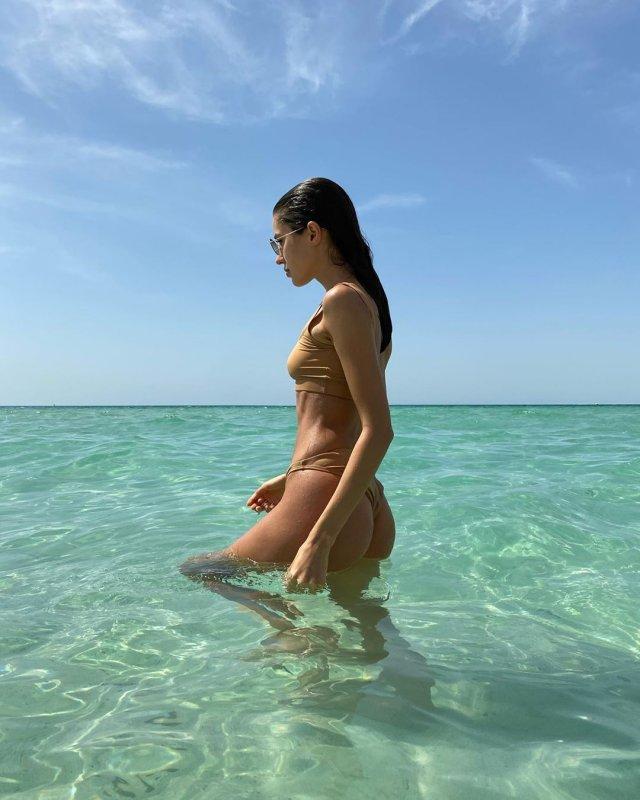 Виктория Короткова в бежевом купальнике
