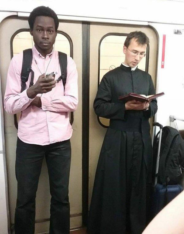 католический священник в метро