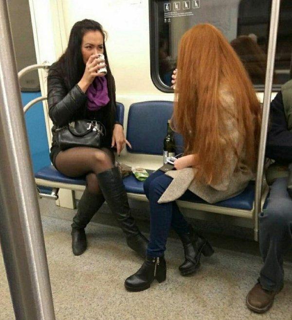 девушки пьют вино в метро