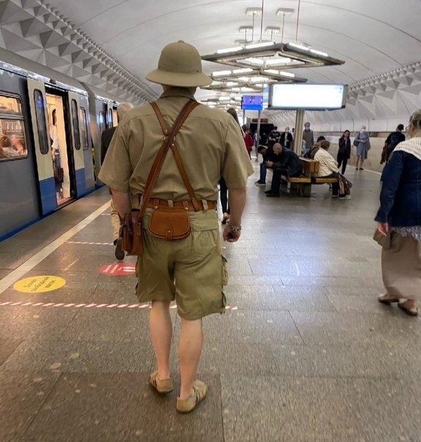 мужчина в винтажном костюме исследователя