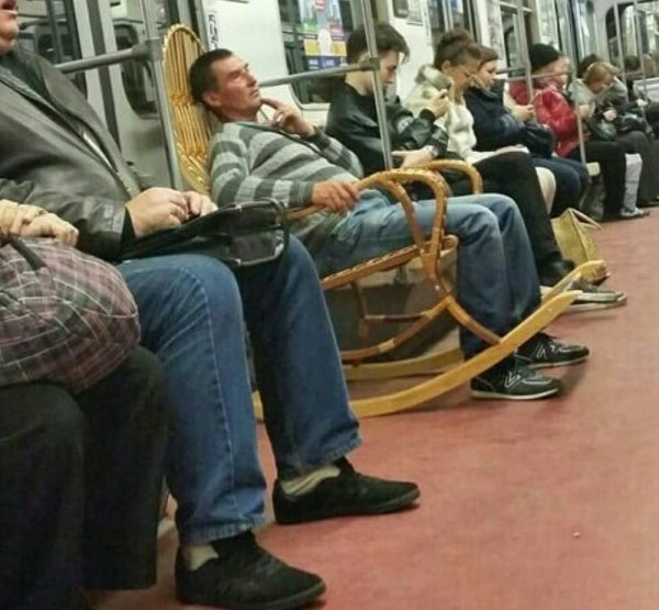 мужчина в кресле качалке