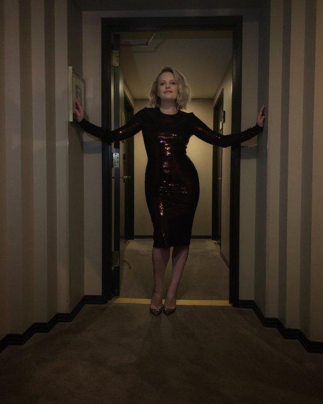 Элизабет Мосс в черном платье