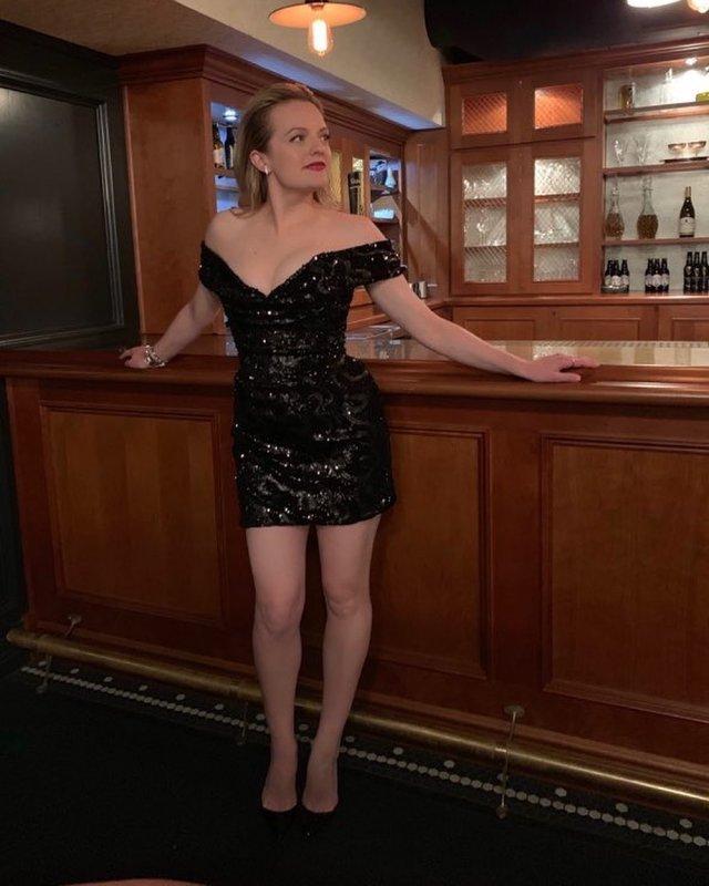 Элизабет Мосс в черном платье с декольте