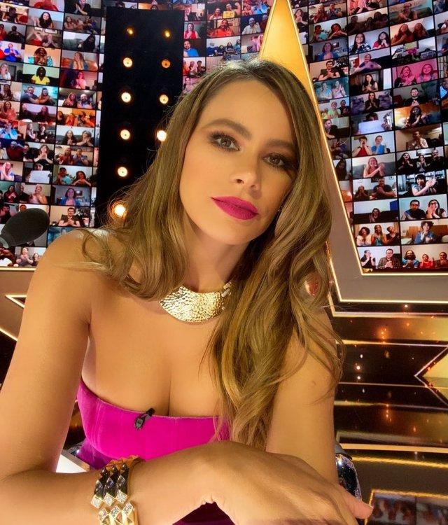 София Вергара в розовом платье