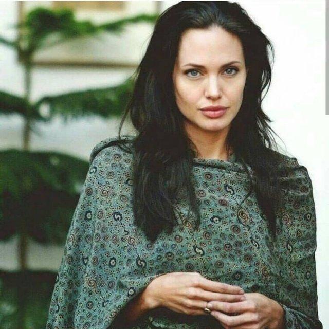 Анджелина Джоли в зеленой тунике