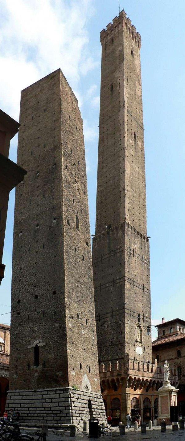 Две башни в Болонье, Италия (обе наклонные)