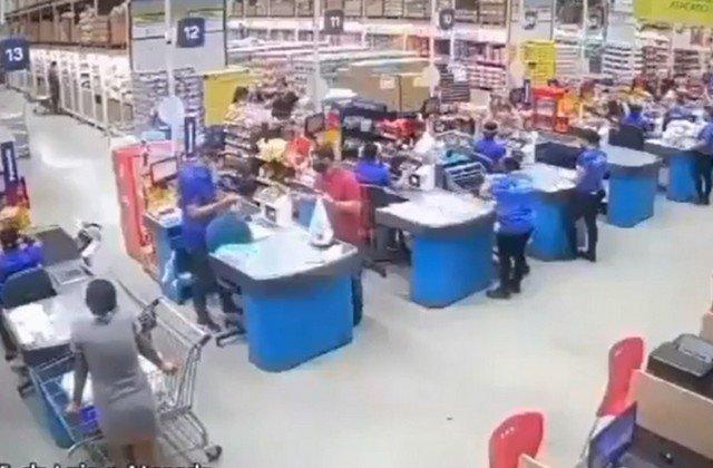 Полки рухнули в магазине