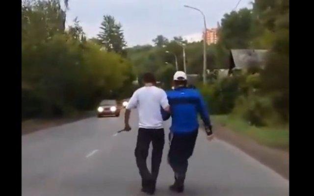 Пьяные с ножом гуляли посреди дороги
