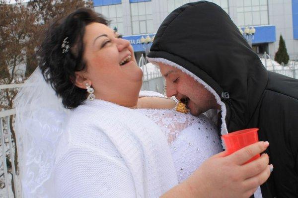 мужчина ест конфету с груди