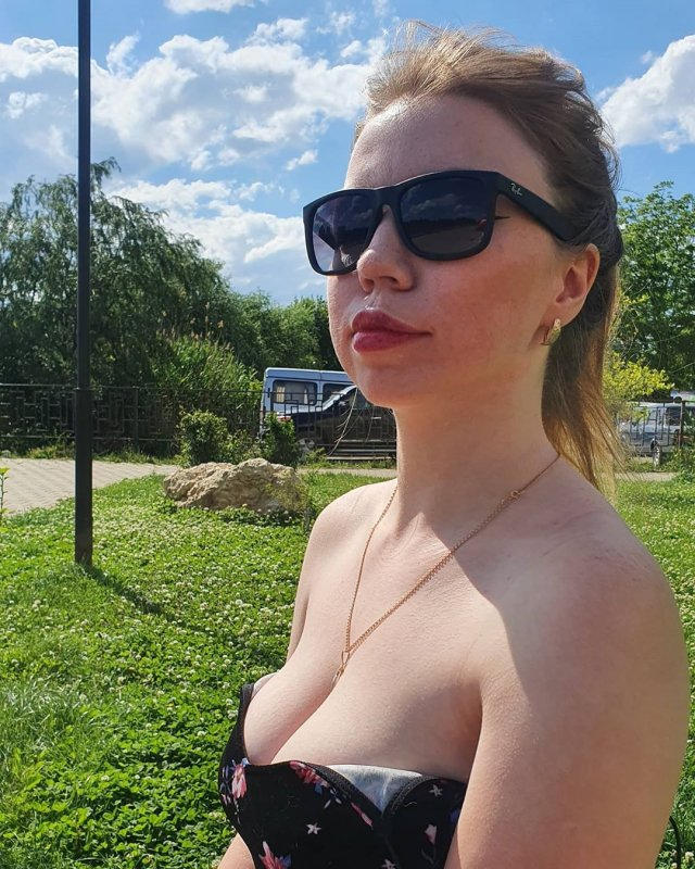 Kisankanna в очках и купальнике