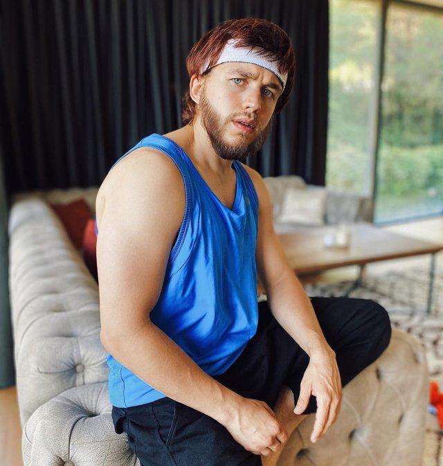 Сергей Романович в синей спортивной майке и повязке на лоб