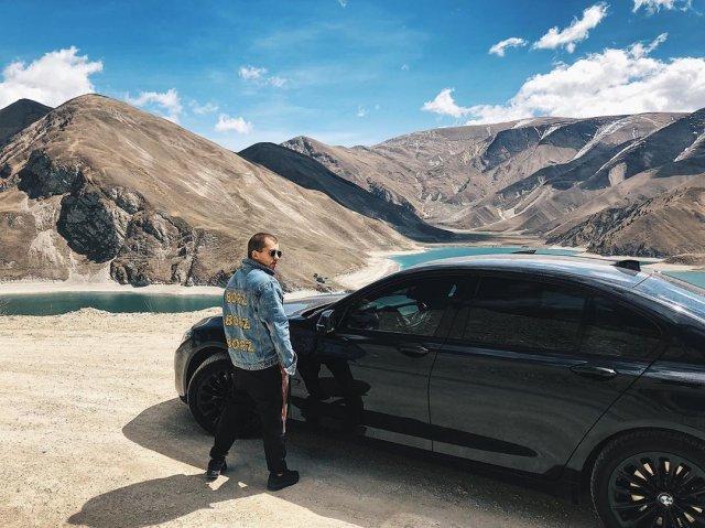 Сергей Романович на фоне гор и машины