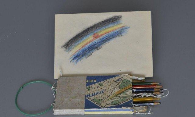 Первым рисунком в космосе стал набросок Алексея Леонова после его первого в истории космонавтики выхода в открытый космос в 1965 году.
