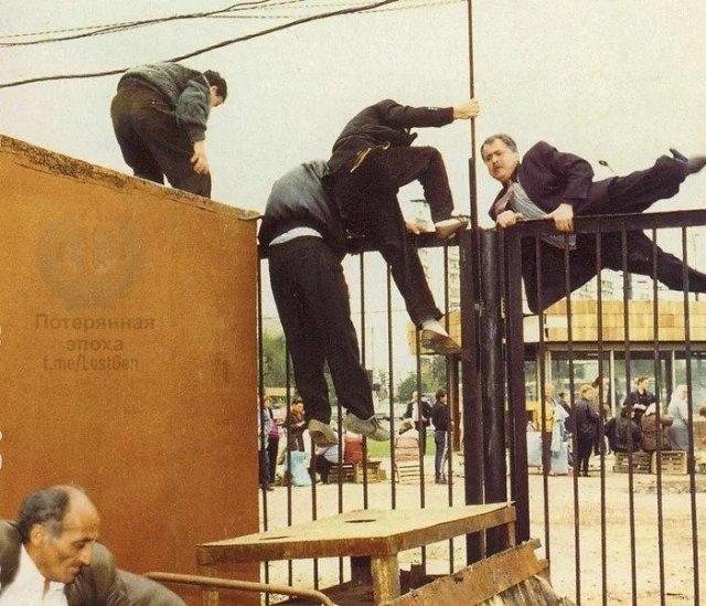 Нечистые на руку торговцы одного из столичных рынков показывают чудеса акробатики во время операции проводимой московским ОМОНом, 1995 год.