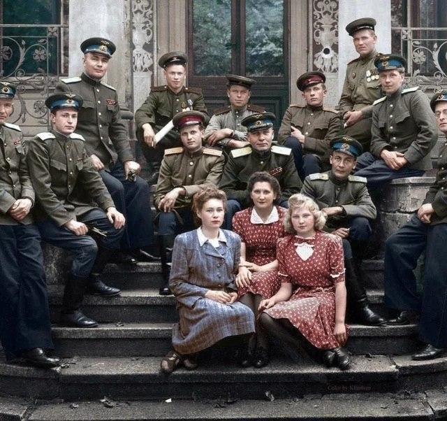 Офицеры советской армии в Берлине, 1946 год.