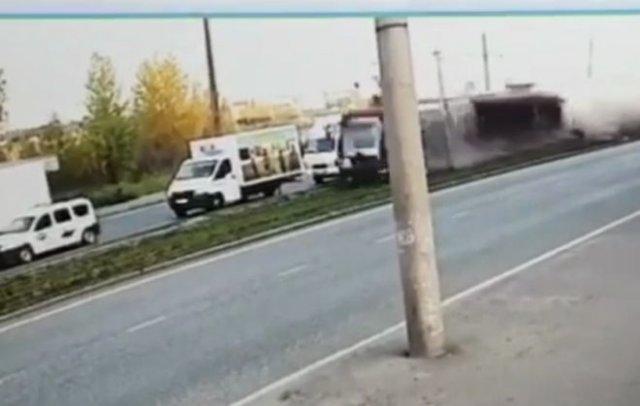 Трамвай, сошедший с рельс, устроил ДТП в Казани