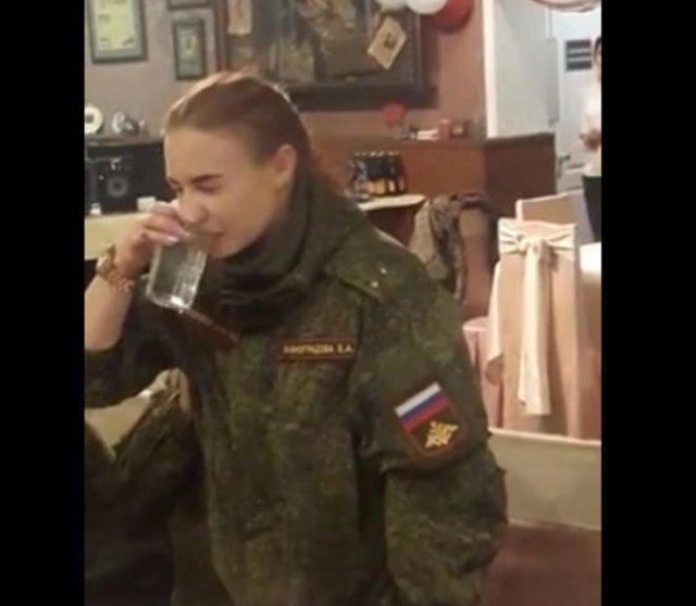 В чем-то девушки в российской армии не уступают мужчинам: выпила стакан и попробовала представиться