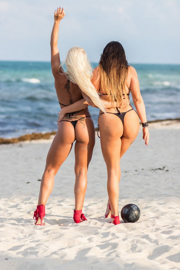девушка на пляже с мячом