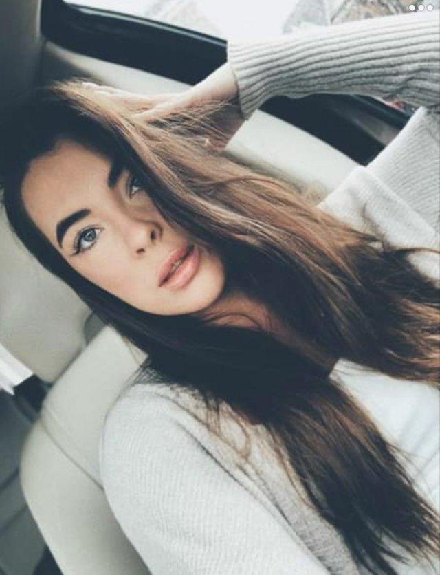 23-летняя Кайла Кодилл в серой кофте в машине