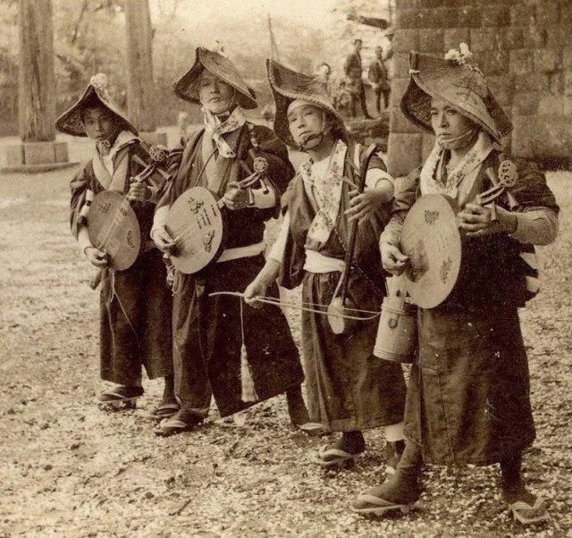 Бродячие музыканты. Япония, 1900 год.
