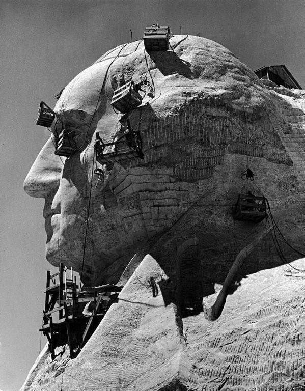 Обработка профиля Джорджа Вашингтона в мемориальном комплексе на горе Рашмор. Южная Дакота. США. 1940 год.
