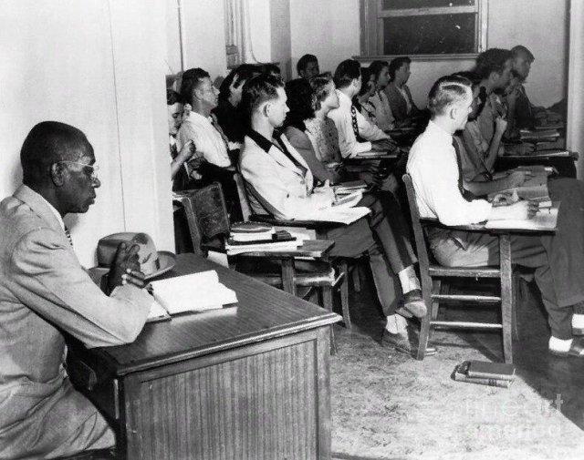 Джордж Маклорен, первый афроамериканский студент вынужден был сидеть за столом, поставленным отдельно от других. 1948 год
