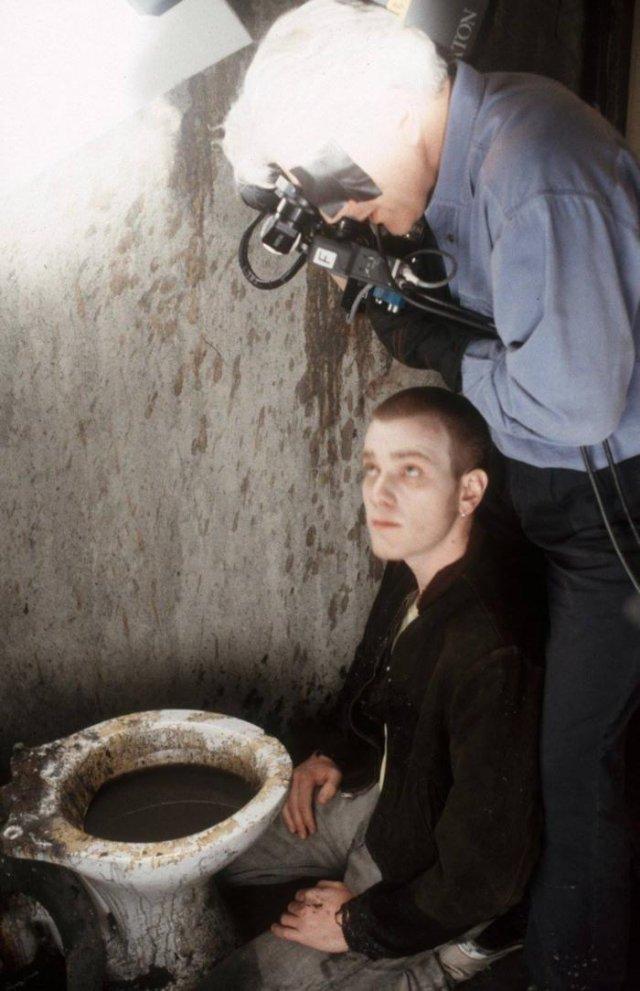 "Юэн Макгрегор и оператор Брайан Тьюфано в ""худшем туалете Шотландии"" на съемках фильма ""На игле"", Глазго, 1996 год."