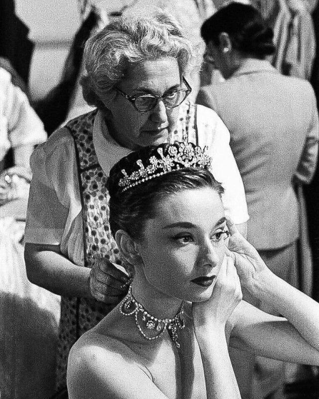 Одри Хепберн готовится к съёмкам сцены в фильме «Римские каникулы» Уильяма Уайлера, 1953 год.