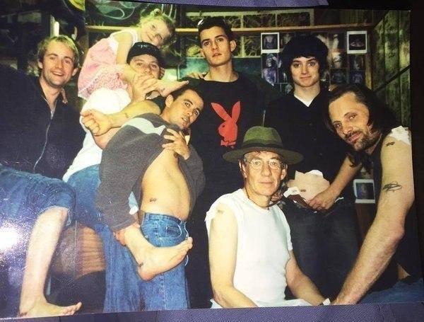 """Фотография со съемок фильма """"Властелин колец"""", которая была сделана после того, как практически весь актерский состав сделал тату в честь фильма, 2000 год."""