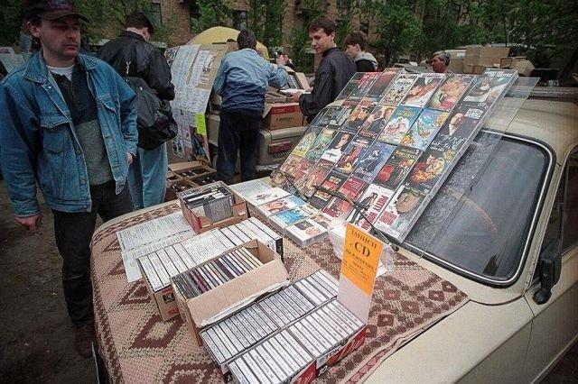 Продажа CD-дисков и кассет на капоте автомобиля