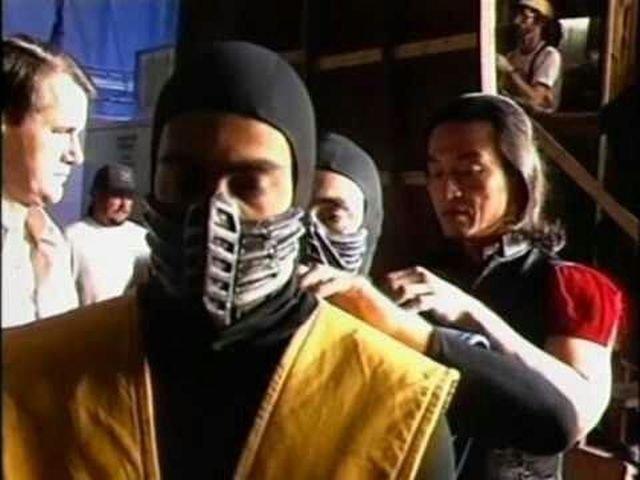 Шан Цунг поправляет воротник Саб-Зиро, а Саб-Зиро Скорпиону