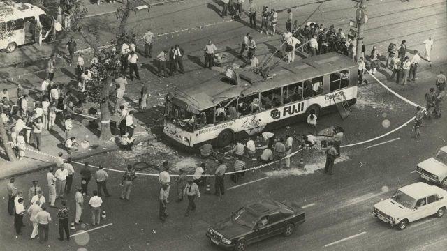 Взорванный троллейбус у станции метро Алексеевская. Москва, Россия, 12 июля 1996 года.