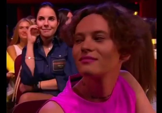 """Российский исполнитель Шарлот пришел на Comedy Club в необычном образе и получил """"порцию"""" внимания"""