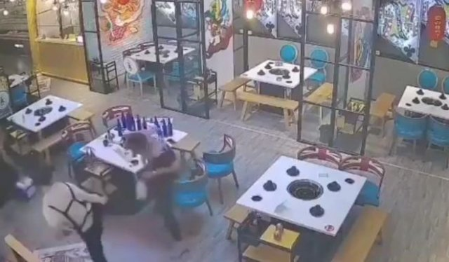 Официантка, которая явно знает кунг-фу