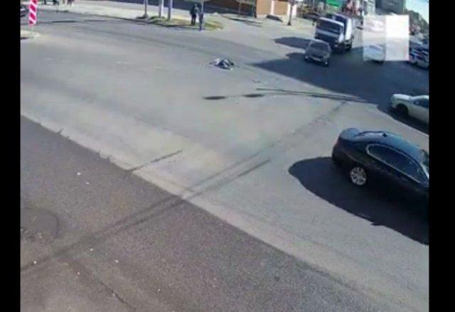 В Волгограде мужчина прилег отдохнуть прямо на дороге