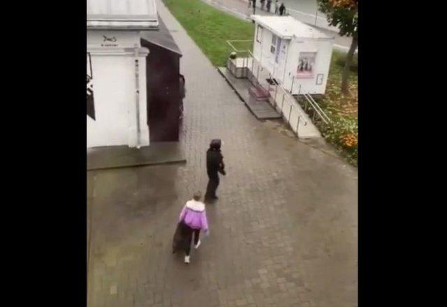 В Белоруссии женщину задержали силовики за то, что она выбрасывала мусор