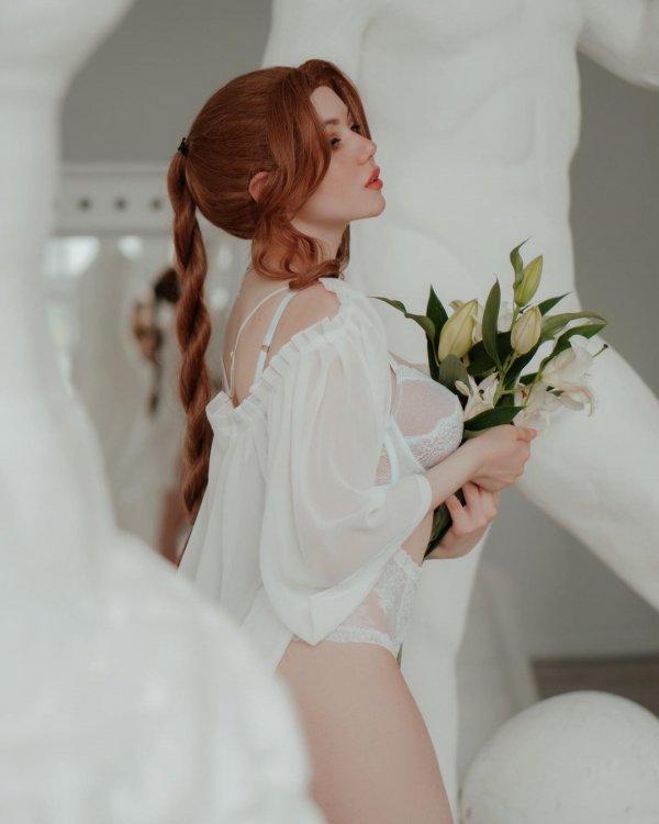 Алина Бекер с цветами