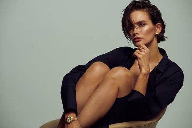 Паулина Андреева в черной рубашке сидит на стуле