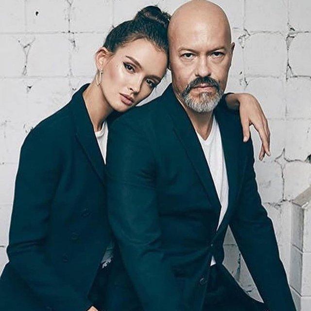Паулина Андреева и Федор Бондарчук в белых футболка и черных пиджаках