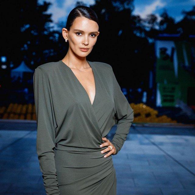 Паулина Андреева в зеленом платье