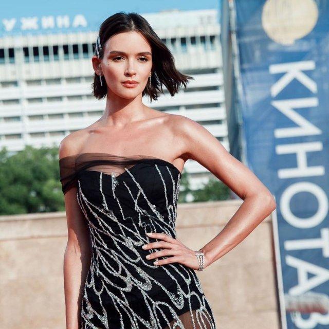 Паулина Андреева в черном платье на Кинотавре