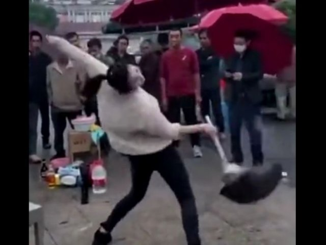 Девушка готовит и одновременно танцует, рискуя облить окружающих горячей едой