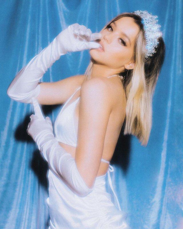 Юлия Гаврилина в белой одежде