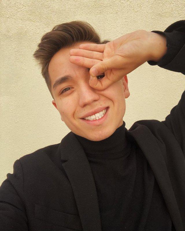 Рахим Абрамов в черном костюме