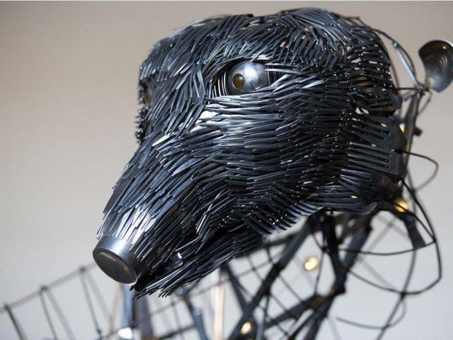 Скульптура медведицы и медведя из вилок